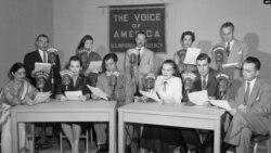 وائس آف امریکہ کے ابتدائی ایام کے دوران کیے جانے والی ایک براڈ کاسٹ کا منظر (فائل فوٹو)