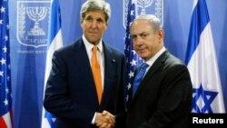 미국의 존 케리(왼쪽) 국무장관과 이스라엘의 베냐민 네타냐후 총리가 지난 7월 만나 악수를 나누는 모습.