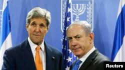 Menlu AS John Kerry saat bertemu dengan PM Israel Benyamin Netanyahu di Tel Aviv, 23 Juli 2014 (Foto: dok).