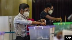 ႏို၀င္ဘာ ၈ ရက္ ေရြးေကာက္ပြဲေန႔တုန္းက မဲဆႏၵထည့္ေနသူမ်ား (Photo by Ye Aung THU / AFP)