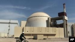Nhà máy điện hạt nhân ở Bushehr, Iran. Iran nhiều lần nói rằng họ không muốn chế tạo hạt nhân và chương trình hạt nhân của họ chỉ nhắm tới những mục đích dân sự hòa bình.