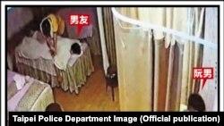 Trong ảnh của Sở Cảnh sát Đài Bắc được Taiwan News đăng tải này: Bạn trai của nữ sinh đang trên giường mát xa bên trái, nghi phạm Nguyễn bên phải.