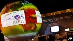 Globe dengan video animasi dalam KTT iklim di Le Bourget, luar kota Paris (1/12). (AP/Francois Mori)
