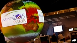 Quả địa cầu được trưng bày tại hội nghị khí hậu Liên Hiệp Quốc, ngày 1/12/2015.