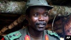 ທ້າວ Joseph Kony ຜູ້ນໍາພວກກະບົດ Uganda ທີ່ເປັນຜູ້ຕ້ອງສົງໄສວ່າ ເປັນອາດຊະຍາກອນສົງຄາມຊາວອາຟຣິກາຄົນສໍາຄັນ