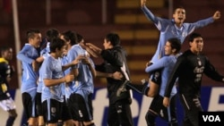 Para pemain Uruguay merayakan kemenangan atas Argentina pada Kejuaraan Sepakbola Amerika Selatan U-20 di Arequipa, Peru, hari Rabu (9/2).