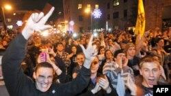 Sinh viên phản ứng việc HLV đội bóng bầu dục Ðại học Bang Pennsilvania Joe Paterno bị cách chức, ngày 9 tháng 11, 2011.