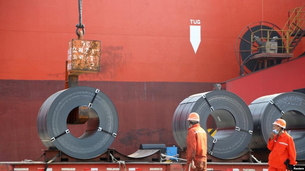 江苏省连云港的工人在向货轮上装运出口钢材。(2020年5月27日)