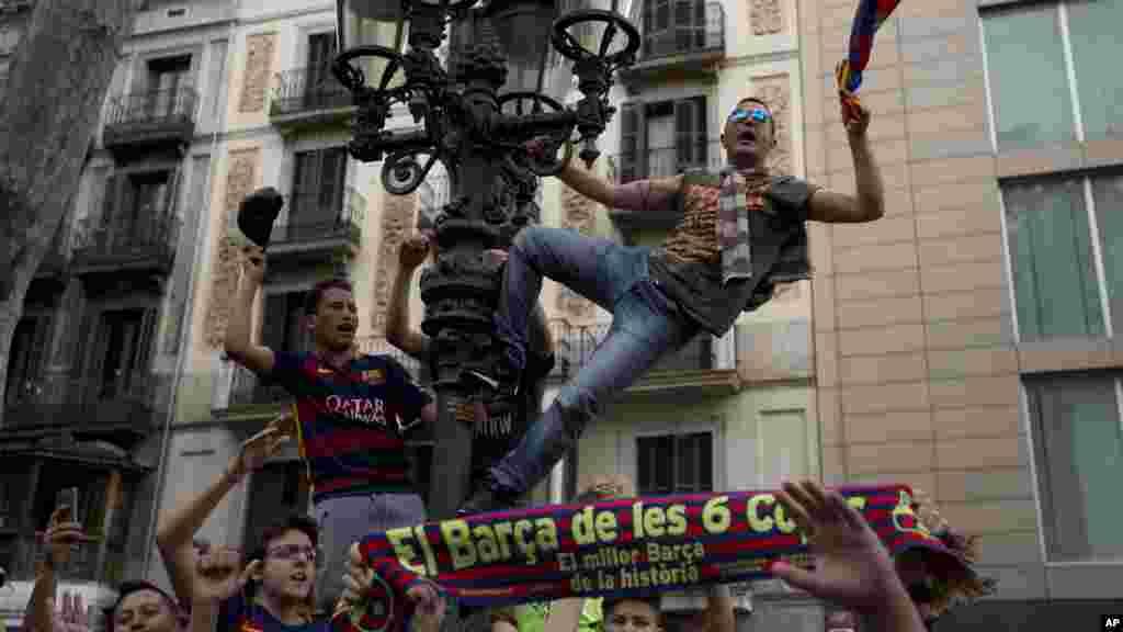 Des supporters du FC Barcelone fêtent la victoire de leur équipe dans Barcelone, le 14 mai 2016 .