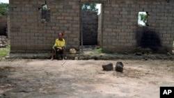 Julienne Mbetidemo, devant sa maison brulée par des membres de Seleka, dans le village de Ngangue, en Centrafrique, le 27 juillet 2013.