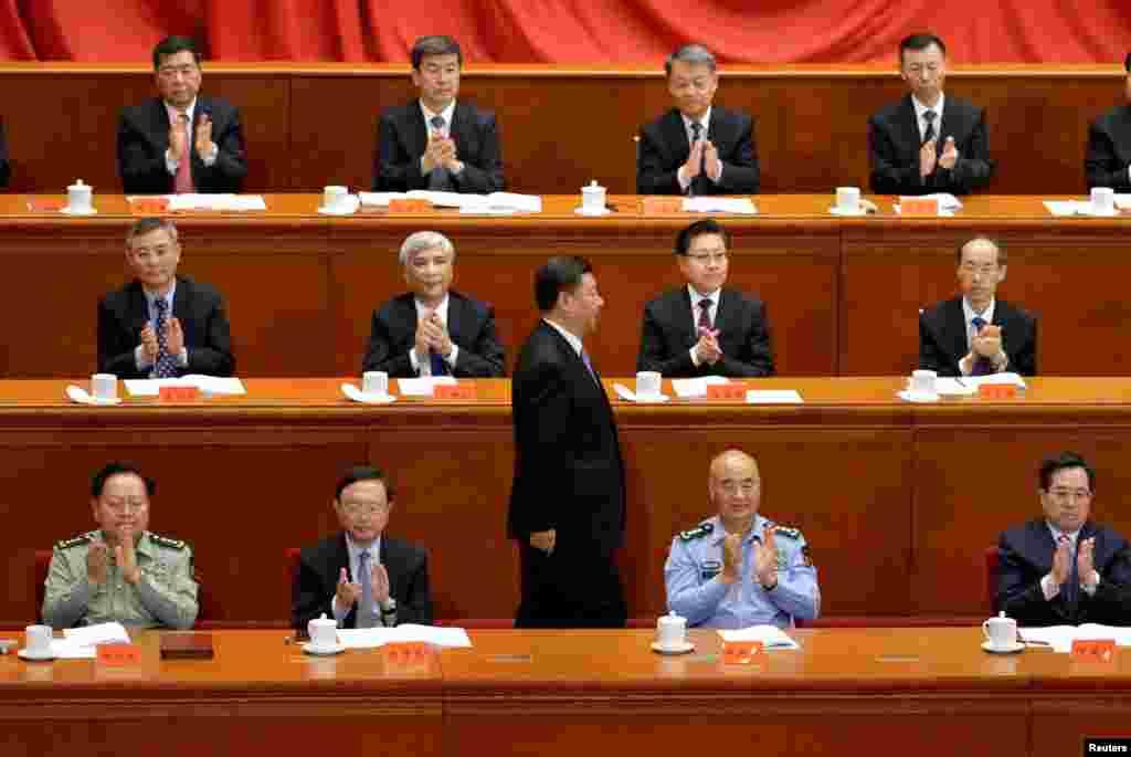 """2018年5月4日北京人民大会堂举行纪念共产主义创始人马克思诞辰200周年大会,中国国家主席习近平发表演讲后走回座位上。前排就坐者左起:张又侠、杨洁篪、许其亮、丁薛祥。习近平称马克思主义""""能够永葆其美妙之青春"""",""""马克思主义是完全正确的""""。中国为马克思举行了一系列大型宣传活动,中央电视台、人民网、新华网等官方媒体曾推出系列通俗理论对话节目《马克思是对的》。"""