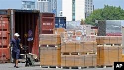 태국 방콕의 항구에서 인부들이 수출품을 컨테이너에 싣고 있다. (자료사진)