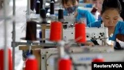 Công nhân tại một xưởng may ở tỉnh Thái Bình. Kết thúc năm 2019, tổng kim ngạch xuất nhập khẩu giữa Việt Nam và Anh đạt 6,6 tỷ đôla. (Ảnh minh họa)