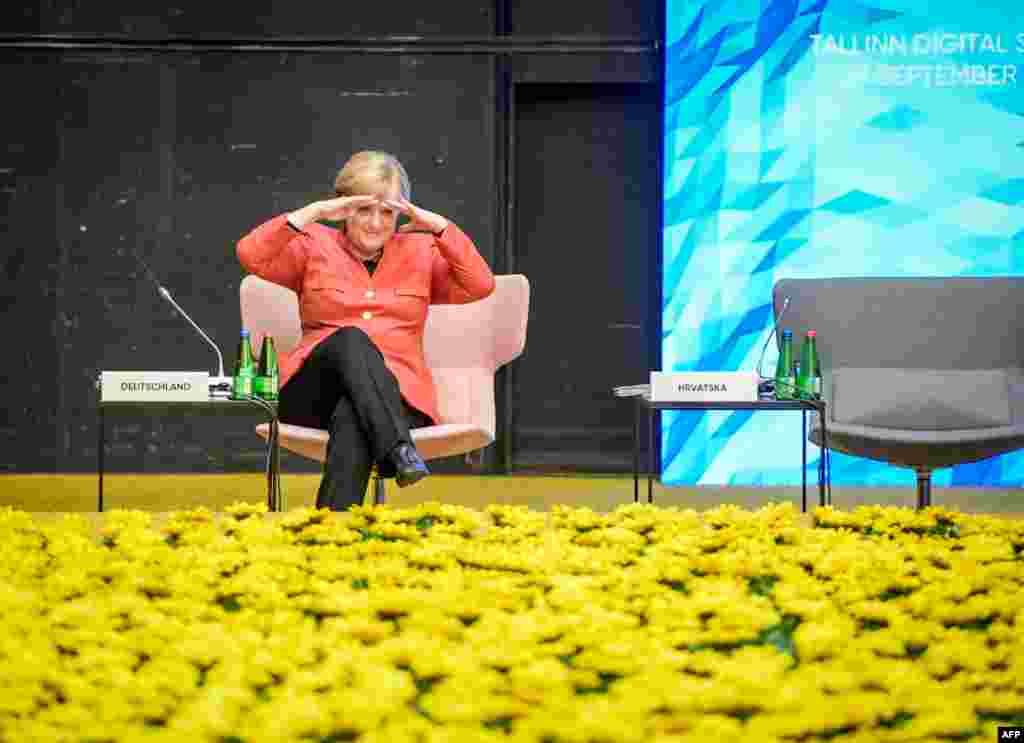 លោកស្រីអធិការបតីអាល្លឺម៉ង់Angela Merkel កំពុងអង្គុយមុនពេលពិធី «Tour de table» ក្នុងជំនួបកំពូលឌីជីថលក្រុងតាលីន ដែលជាជំនួបកំពូលនៃសហភាពអឺរ៉ុប ក្នុងទីក្រុងតាលីន ប្រទេសអេស្តូនី។