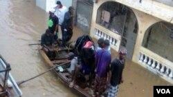 Yon tibato chaje ak sinistre inondasyon an nan Kap Ayisyen (Foto Canos Garnier Afilye Sèvis Kreyòl la)