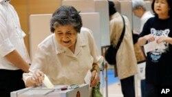 Cử tri Nhật Bản đi bỏ phiếu tại một địa điểm bầu cử tại Tokyo.