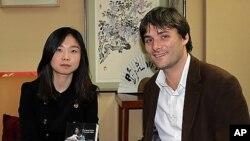 6일 김씨의 탈북 여정을 담은 프랑스어판 '북한, 지옥탈출 9년'에 관해 설명하고 있는 탈북 여대생 김은선(가명)씨와 르 피가로 신문 세바스티앙 팔레티.