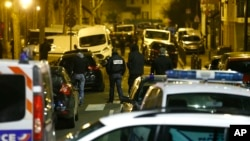 La policía francesa bloqueó una calle en Argenteuil, al noroeste de París, el jueves, 24 de marzo de 2016, mientras se llevaba a cabo una incursión antiterrorista.