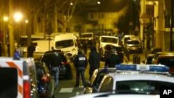 Les policiers bloquent une rue à Argenteuil , au nord-ouest de Paris, 24 mars, 2016.