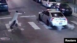 监控视频显示一名枪手冲向费城警车枪击一名坐在警车里的警察(2016年1月7日)