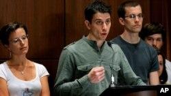 在伊朗被控間諜罪﹑並被監禁兩年的法塔爾(中)和鮑爾(右)星期天在紐約舉行記者招待會