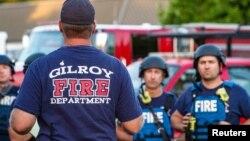 Сотрудники экстренных служб на месте инцидента со стрельбой в городе Гилрой в Калифорнии. 28 июля 2019 г.