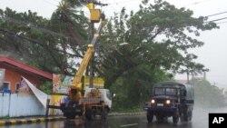 Tentara berkeliling untuk mengevakuasi warga menyusul datangnya topan Haiyan di kota Legazpi, provinsi Albay, Manila selatan (8/11). (AP/Nelson Salting)