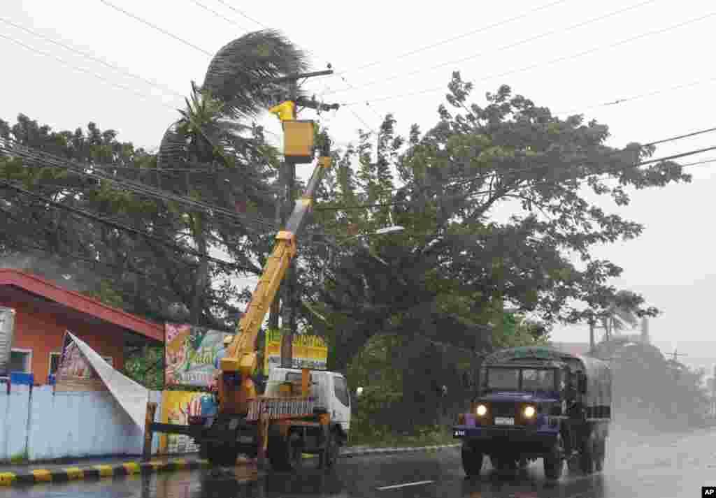 Mnogi delovi Filipina ostali su danas bez struje i komunikacija kada je tajfun Hajan stigao do kopna na ostrvima Lejti i Samar.