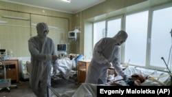 На фото: лікарі з хворим на COVID-19 у Львові