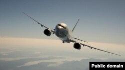 Літак P-8A пролітає над Північно-західним узбережжям Тихого океану