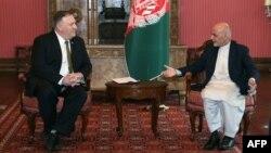 Menlu AS Mike Pompeo (kiri) dan Presiden Afghanistan Ashraf Ghani dalam pertemuan di Kabul, 23 Maret 2020 lalu (foto: dok).
