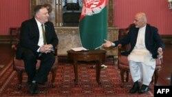 امریکہ کے محکمہ خارجہ کے بیان میں کہا گیا ہے کہ واشنگٹن کو افغان صدر اشرف غنی اور سابق چیف ایگزیکٹو عبداللہ عبداللہ کے رویے پر مایوسی ہوئی ہے۔ (فائل فوٹو)