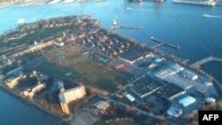 Guvernerovo ostrvo nadomak Menhetna, na kojem se nalazi Njujorška Lučka škola