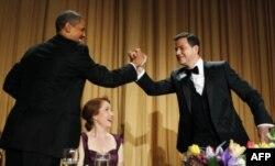 پخوانی ولسمشر براک اوباما مشهور طنز لیکونکي جیمی کېمل ته هرکلی وايي. د اپریل په ٢٨ مه د ٢٠١٢ کال د WHCA په ماښامنۍ کې.