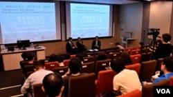 香港民主党创党主席李柱铭及香港大学法律学院教授陈文敏出席一国两制研讨会。 (美国之音汤惠芸)