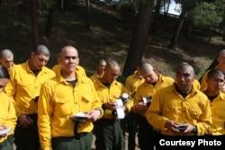 Yulfiano (kiri) saat mengikuti pelatihan sebagai pemadam kebakaran di California (dok: Yulfiano)
