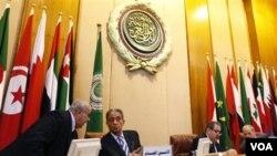 Sekretaris Jenderal Liga Arab Amr Moussa (kanan) dalam sebuah pertemuan menteri-menteri luar negeri negara-negara Arab di Kairo, Mesir (2/3).