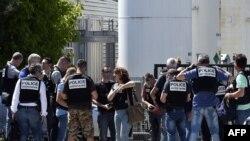 Polícia francesa cerca fábrica que sofreu atentado.