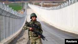 Lính Thổ Nhĩ Kỳ tuần tra dọc biên giới Thổ-Syria ở thành phố Kilis, Thổ Nhĩ Kỳ (ảnh tư liệu, 2/3/2017)