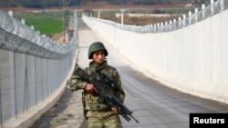 一名土耳其士兵在土耳其和叙利亚边境地带巡逻 (资料照片,2017年3月2日)