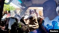 Photo d'archives: Une foule entoure une voiture de maintien de la paix des Nations Unies lors d'une manifestation à Gao, Mali, 5 juillet 2013.
