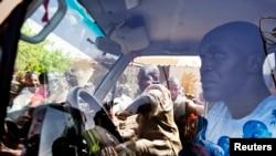 Người dân bao vây một chiếc xe chở những người gìn giữ hòa bình của Liên hiệp quốc trong một cuộc biểu tình phản đối việc đưa những người gìn giữ hòa bình từ Senegal đến thị trấn Kidal, trước khi đưa binh sĩ Mali tới đó, Gao, Mali, 5/7/2013. (Reuters)