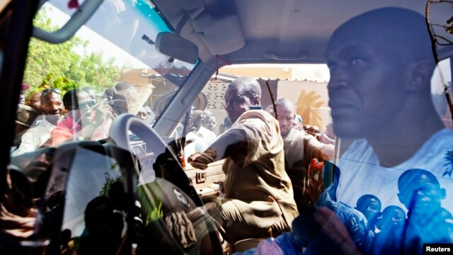 People surround a United Nations peacekeeper car during a protest against sending peacekeepers from Senegal to the northern rebel-held town of Kidal, before sending Malian soldiers there, in Gao, Mali, July 5, 2013.