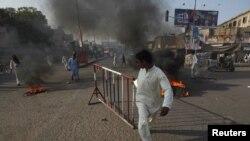 منگل کو مذہبی رہنما پر فائرنگ کے بعد شہر کے مختلف علاقوں میں احتجاجی مظاہروں کا ایک منظر