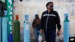 Warga Meksiko haris antre berjam-jam untuk mendapatkan pasokan oksigen bagi keluarganya yang menderita Covid-19, seperti tampak di di Mexico City (foto: dok).