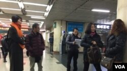 2016年11月25日下午,前往北京西站派出所报案的人士在等待受理。