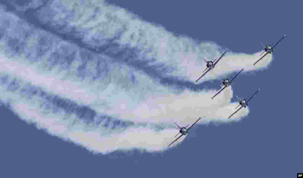 在马来西亚科隆坡附近的梳邦空中花园举行的空中特技表演中,百年灵特技飞行队在表演。