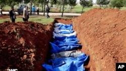 叙利亚阿勒颇省4月17日一处群葬墓地正在埋葬据称被政府军狙击手杀死的民众.