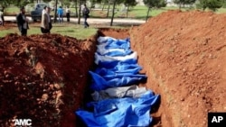 敘利亞阿勒頗省4月17日一處群葬墓地正在埋葬據稱被政府軍狙擊手殺死的民眾。