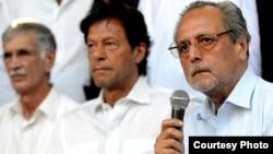 جسٹس وجیہ الدینن ، عمران خان اور پرویز خٹک ، ایک اجلاس کے دوران۔ فائل فوٹو